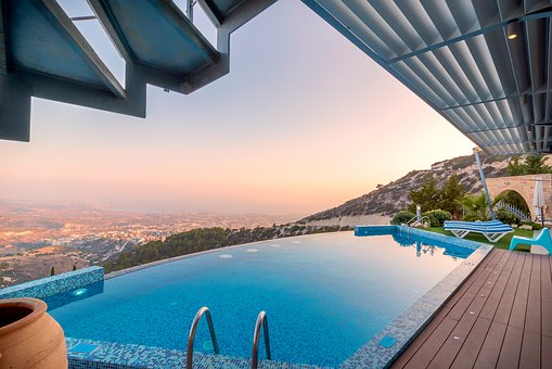 Nettoyer sa piscine en vacances : comment faire ?